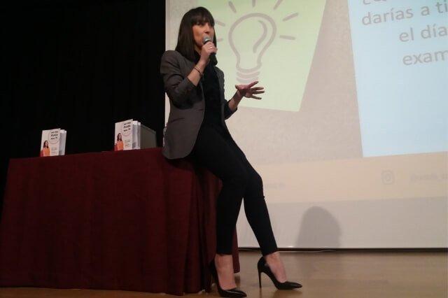 Úrsula Campos da una charla sobre oposiciones